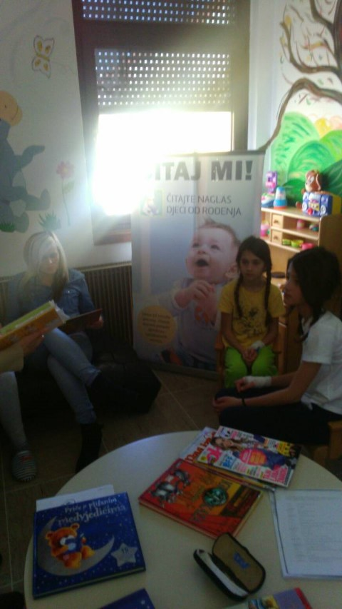 """Djelatnice SNK- Gospić posjetile Dječji odjel Opće bolnice Gospić u sklopu akcije """" Čitanje naglas"""""""