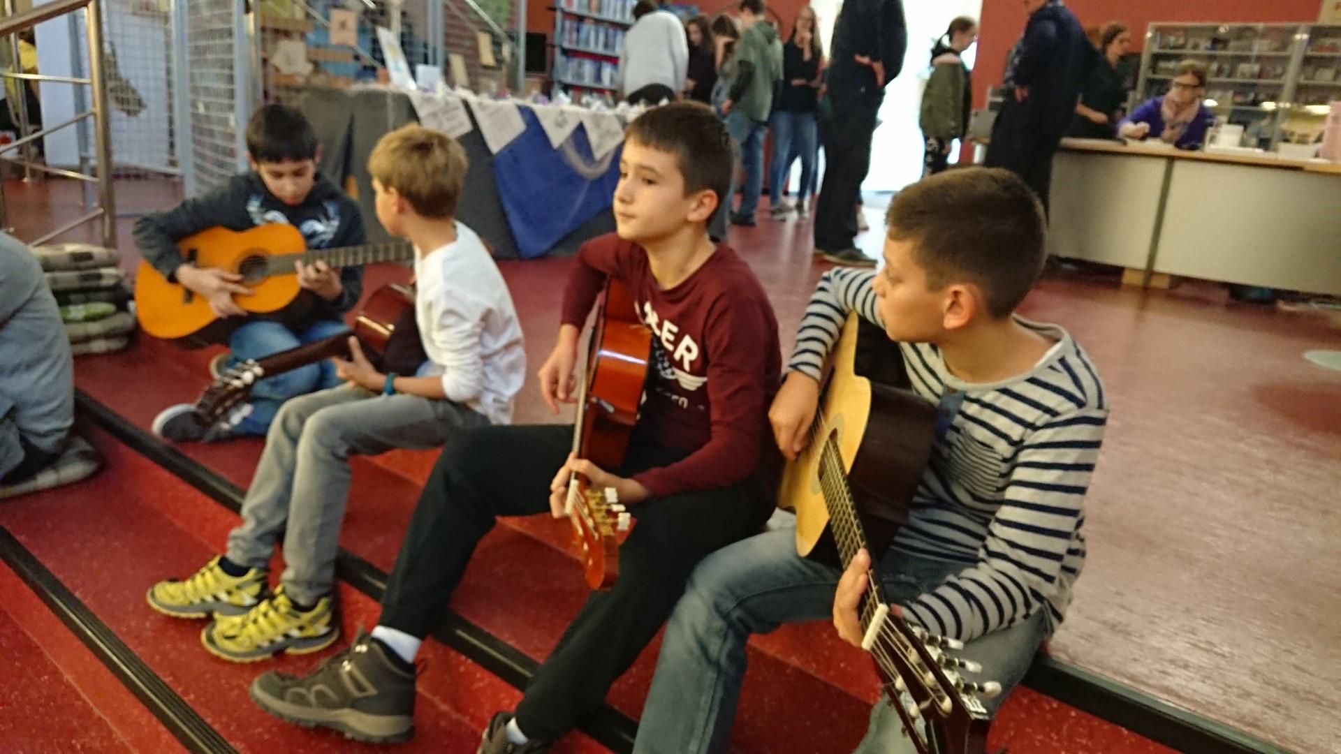 """Dana 26.10. 2018.g. u prostoru Samostalne narodne knjižnice gostovala je udruga """" Glazbene niti ljubavi """""""